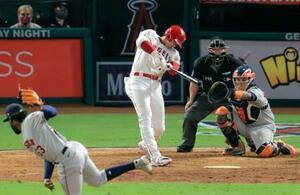 アストロズ戦の8回、45号本塁打を放つエンゼルス・大谷。投手ハビエル=アナハイム(共同)