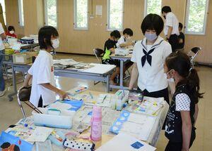 絵画教室で、絵を通じて親睦を深める美術部員と子どもたち=鹿島市の古枝公民館