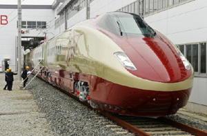 2014年4月に報道機関に公開されたフリーゲージトレインの試験車両。同年11月に部品の不具合が見つかり耐久走行試験を中断している=熊本県の熊本総合車両所内