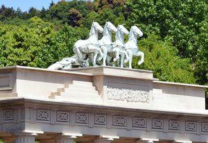 倒れていた女神像(左)=有田町戸矢の菩提樹橋
