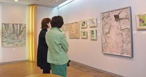 柔らかな色調の作品が並ぶ「第2回華の会日本画展」=佐賀市天神のギャラリーふじ山