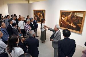 バロック絵画を鑑賞する来場者。洋画家の金子剛さん(右から2人目)のギャラリートークもあり、開幕を盛り上げた=佐賀市の佐賀県立美術館