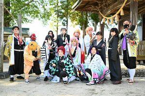 コスプレ撮影会で加部島を訪れる「奇抜の刃」のメンバー(提供)