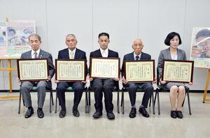 表彰を受けた、障害者雇用優良事業所の代表者らと、優秀勤労障害者の野方浩司さん(中央)=佐賀県庁