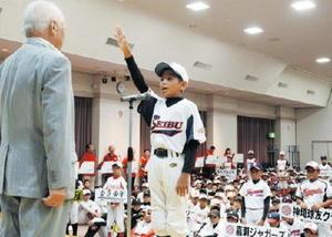 堂々と選手宣誓する千代田西部少年の古賀裕己主将=吉野ヶ里町の三田川健康福祉センター