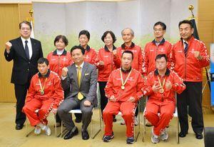 広島県で10月上旬に開かれたスペシャルオリンピックスの陸上競技大会での成績を山口祥義知事に報告した選手団=県庁