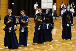 出場校のうち最も遠方から参加した京都工学院。試合前の整列で手をたたき、士気を高める選手たち
