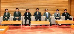 閣議に臨む安倍首相(中央)ら=22日午前、首相官邸