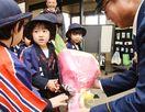 地元の郵便局員、警察官へ 園児、花束や記念品贈呈