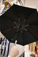 開くと内側の骨組みが花びらのデザインになっている日傘(4268円)。丈夫で、母の日の贈り物としても人気が高いそうです。