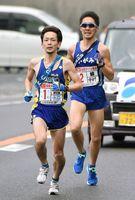 SUMCO伊万里の永益邦弘(左)が鏡体協の中村貴寛を抜いてトップに立つ=7区(昨年の大会から)