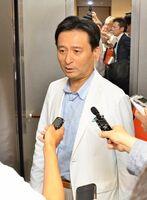 与党整備新幹線建設推進プロジェクトチームの会合を受け、報道陣の質問に答える山口祥義知事=佐賀県庁