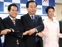 民進党の政調会長に就任した大串博志氏(左)。蓮舫代表(右)、野田佳彦幹事長と記念撮影に応じた=東京・永田町の民進党本部