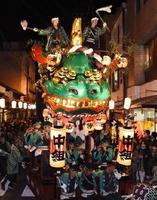 唐津くんちが宵曳山で開幕。威勢の良い掛け声とともに巡行する2番曳山「青獅子」=2日夜、唐津市中町