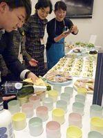 オランダのホストタウン登録をしている佐賀県の有田焼と岩手県山田町の食材を使ったオランダ料理で交流を深めた=東京・芝公園の在日オランダ大使館