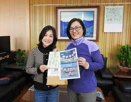 海岸防風林(図)について情報交換する台湾・花蓮の楊瑞芬・林務局長(右)と筆者=2018年1月