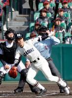 日章学園―習志野 1回表習志野2死満塁、角田が左越えに走者一掃の三塁打を放つ。捕手深草=甲子園
