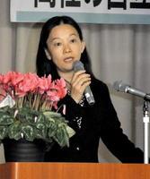 男女平等をテーマに講演した治部れんげさん=佐賀市の県教育会館