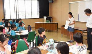 自らが考えた展示方法を発表する生徒=佐賀市の東与賀支所