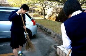 毎朝学校内を掃き掃除するバレー部員たち。先輩からの伝統を何年も続けている