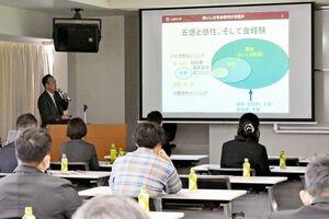 シンポジウムでは、九州大の松井利郎教授が食品の吸収と生理機能をテーマに講演した=佐賀市の西九州大佐賀キャンパス