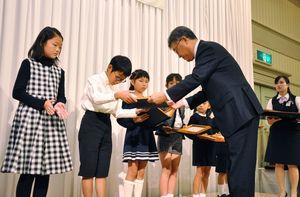 壇上で表彰される金賞受賞者=佐賀市のガーデンテラス佐賀(マリトピア)