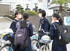 試験を終え、校門の前で安堵(あんど)の表情を浮かべる受験生=佐賀市の佐賀東高
