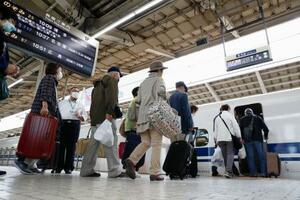 JR東京駅で、東海道新幹線に乗り込む乗客ら=1日午前