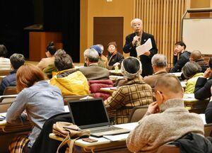 森林への除草剤散布の説明会で、反対意見を述べる参加者=佐賀市富士町のフォレスタ富士