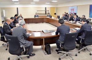 ゴールデンウイークの10連休の対応を確認した、佐賀県の対策会議=県庁