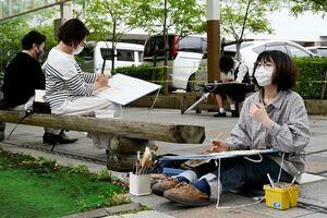 スケッチ会で絵を描く参加者=佐賀市の白山商店街