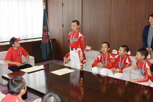 武広勇平町長(左)に九州大会出場の抱負を語る上峰少年野球クラブの選手たち=上峰町役場