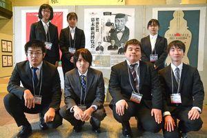 自信作約200点を展示する学生ら=佐賀市の県庁県民ホール