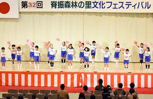 リズミカルな踊りを披露した脊振小の児童たち=神埼市の脊振勤労者体育館