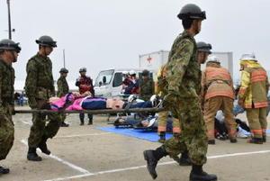 倒壊した家屋にいた被災者の救出訓練をする自衛隊員ら=佐賀市の嘉瀬小学校