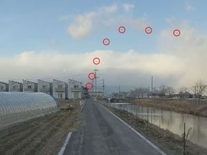 陸上自衛隊のAH64D戦闘ヘリコプターが墜落する様子=5日、佐賀県神埼市(佐賀城北自動車学校提供、ヘリを丸で囲んだキャプチャー画像を連続合成)