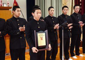 九州地区候補校の表彰盾を受け取った伊万里の犬塚晃海主将=伊万里市の同校