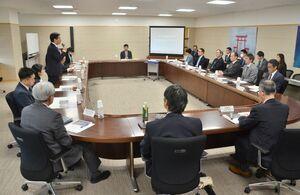 新型コロナウイルスのの影響などについて議論した佐賀県の国際戦略本部会議=県庁