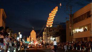 大勢の観客を前に披露される竿燈まつりの妙技=12日午後7時53分、武雄市の松原通り