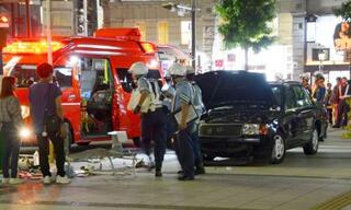 歩道にタクシー7人重軽傷