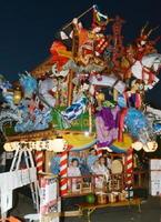 【真田丸】中町の曳山の人形は表が「真田丸」、裏が「千葉胤貞(たねさだ)」。龍や滝登りの鯉も付けられている=23日