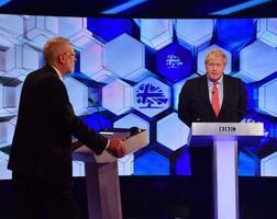 6日、英イングランドで、テレビ党首討論に臨む保守党のジョンソン首相(右)と労働党のコービン党首(ゲッティ=共同)