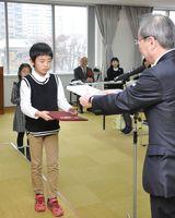 表彰される最優秀賞の受賞者たち=佐賀市の九州電力佐賀支社