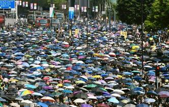 香港、マスクで無許可デモ