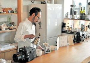 カメラに囲まれコーヒーを入れる平片さん