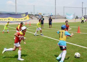 フットサルコートが完成しアルゼンチンの名門クラブによるサッカー教室も行われた=鹿島市高津原