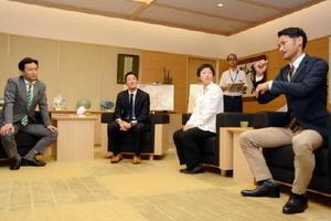 (左から順に)山口祥義知事、吉田翔選手、簑原由加利選手、江島由高選手。手話を交えて歓談した=県庁