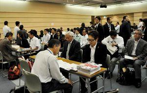 会場は多くの企業の採用担当者でごった返した=佐賀市文化会館