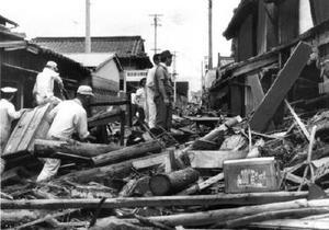 流木・伊万里の市街地を埋め尽くした流木(1967年・昭和42年7月10日)