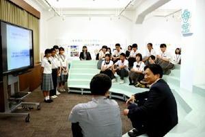 山口知事に青少年交流事業で訪れた韓国・中国について発表する中高生=佐賀県庁